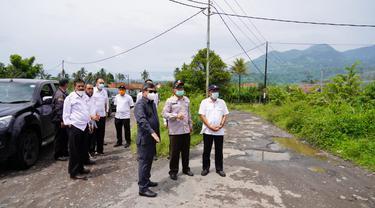 Bupati  Garut Rudy Gunawan nampak tengah melakukan inspeksi sejumlah proyek infrastrktur jalan yang akan kembali digulirkan tahun ini.