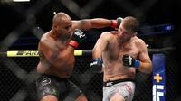 Daniel Cormier kehilangan sabuk juara kelas berat setelah dikalahkan Stipe Miocic pada UFC 241 di Anaheim, California, Sabtu (17/8/2019). (AFP/Joe Scarnici)
