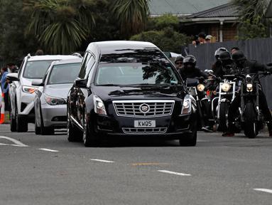 Mobil jenazah tiba membawa jasad seorang korban serangan kembar masjid di Christchurch untuk dimakamkan di Memorial Park Cemetery, Selandia Baru, Kamis (21/3). Pemakaman Daoud Nabi itu dikawal oleh geng motor sebagai bentuk solidaritas. (AP/Vincent Yu)