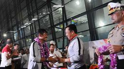 Menpora Imam Nahrawi memberikan selamat kepada pelatih Timnas Indonesia U-22 Indra Sjafri saat tiba di Bandara Soekarno Hatta, Tangerang, Rabu (27/2). Timnas tiba di tanah air usai menjuarai Piala AFF U-22 2019 di Kamboja. (Liputan6.com/Herman Zakharia)