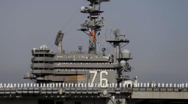 Prajurit Angkatan Laut AS berada di kapal induk USS Ronald Reagan saat tiba di pangkalan angkatan laut Yokosuka, Tokyo, Jepang, Kamis (1/10/2015). USS Ronald Reagan menggantikan USS George Washington yang akan menjalani perawatan. (REUTERS/Yuya Shino)