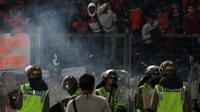Penggunaan gas air mata dalam kericuhan yang melibatkan oknum The Jakmania di Stadion GBK (24/6/2016) sudah sesuai prosedur. (Bola.com/Nicklas Hanoatubun)