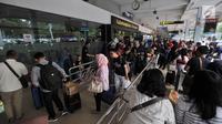 Antrean calon penumpang di pintu keberangkatan Bandara Halim Perdanakusuma, Jakarta, Senin (11/6). Memasuki H-4 Lebaran, ratusan pemudik mulai memadati Bandara Halim Perdanakusuma. (Liputan6.com/Iqbal S. Nugroho)