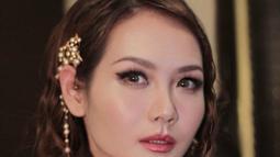 Tak hanya berkarier dalam musik dan presenter saja. Namun Alena Wu juga niat dalam terjun ke dunia hiburan. Ia pun juga pernah bermain seni peran dalam layar lebar. Seperti Crazy Love tahun 2013 dan Silent Hero(es) tahun 2015. (Liputan6.com/IG/@alenawuofficial)