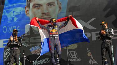 Pebalap Red Bull Max Verstappen tampil memukau usai berhasil meraih kemenangan ketujuh di musim 2021. Verstappen sukses merajai balapan F1 GP Belanda. (Foto: AP/Francisco Seco)