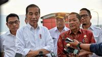Jokowi saat kunjungan di Danau Toba.