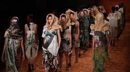 Sejumlah model berjalan di atas catwalk mengenakan busana rancangan karya Ronaldo Fraga dalam Sao Paulo Fashion Week di Brasil (26/4). (AP Photo / Andre Penner)
