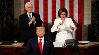 Ketua DPR Amerika Serikat Nancy Pelosi (kanan) merobek naskah pidato kenegaraan Presiden Donald Trump dalam Kongres di Capitol Hill, Washington, Selasa (4/2/2020). Pelosi merobek naskah pidato kenegaraan State of the Union (SOTU) usai Trump berpidato. (AP Photo/Patrick Semansky)