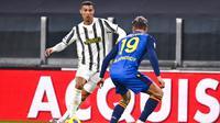 Pemain Juventus Cristiano Ronaldo (kiri) menggiring bola mencoba melewati pemain Udinese Jens Stryger Larsen pada pertandingan Liga Italia di Allianz Stadium, Turin, Italia, Minggu (3/1/2021). Juventus menang 4-1 dengan sumbangan dua gol dari Cristiano Ronaldo. (Marco Alpozzi/LaPresse via AP)