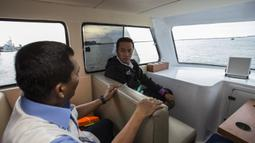 Menpora Imam Nahrawi berdiskusi dengan Ketum Porlasi, Darwanto, saat memantau pelatnas layar di Laut Jakarta, Kamis (24/5/2018). Cabang layar menargetkan dua medali emas pada Asian Games 2018 mendatang. (Bola.com/Vitalis Yogi Trisna)