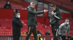 Manajer Manchester United (MU) Ole Gunnar Solskjaer memberikan instruksi dalam laga kontra Leeds United pada pekan ke-14 Liga Inggris di Old Trafford, Senin (21/11/2020) dini hari WIB. (Nick Potts/Pool via AP)