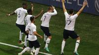 Para pemain Prancis merayakan gol ke gawang Italia pada laga persahabatan di Allianz Riviera, Nice, Jumat (1/6/2018). (AFP/Valery Hache)