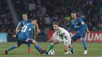 Aksi pemain Real Madrid, Kovacic (kiri) melewati adangan pemain Real Betis, Loren pada lanjutan La Liga Santander di Villamarin stadium,Seville, (18/2/2018). Real Madrid menang 5-3. (AP/Miguel Morenatti)