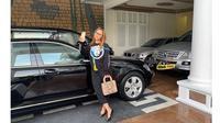 Gemar Koleksi Mobil Mewah, Ini 7 Potret Inul Bareng Kendaraannya (sumber: Instagram.com/inul.d)