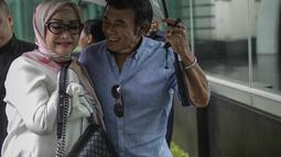 Ekspresi Rhoma Irama bersama istrinya Ricca Rachim saat tiba untuk menghadiri konferensi pers indosiar Ramadhan Penuh Berkah di Jakarta, Kamis (26/4). Ricca pertama kali bertemu dengan Rhoma pada tahun 1979. (Liputan6.com/Faizal Fanani)