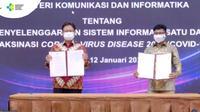 Menkes Budi Gunadi Sadikin (kiri) dan Menkominfo Johnny G.Plate menandatangani SKB mengenai penyelenggaraan Sistem Informasi Satu Data Vaksinasi Covid-19, Selasa (12/1/2021).