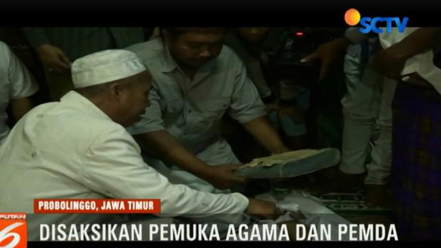Ratusan warga menjadi saksi sumpah pocong antara Sulima dan Tinasum, dua warga yang berselisih soal ilmu santet.