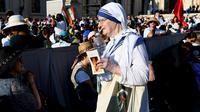 Biarawati dari Ordo Misionaris Cinta Kasih, yang oleh didirikan Bunda Teresa, tiba di alun-alun St. Peter, Vatikan, Minggu (4/9). Bunda Teresa dari Kolkata, India, dinobatkan sebagai orang suci atau santa oleh Paus Fransiskus. (Vincenzo Pinto/AFP)