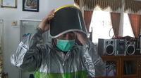 """Tenaga medis yang bertempur melawan corona covid-19 di RSUD dengan peralatan """"tempur"""" seadanya. (foto: Liputan6.com/felek wahyu)"""