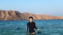 Karenina Sunny Halim sedang berada di Labuan Bajo, Flores, terlihat sangat menikmati liburannya selepas snorkling di perairannya dengan air yang jernih. (Liputan6.com/IG/karenina_sunny)