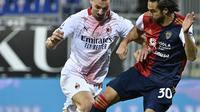 Penyerang AC Milan, Zlatan Ibrahimovic berusaha melewati pemain Cagliari, Leonardo Pavoletti pada pertandingan Liga Serie A Italia di Sardegna Arena, Selasa (19/1/2021). Zlatan Ibrahimovic mencetak brace pertamanya di tahun 2021. (AFP/Alberto Pizzoli)