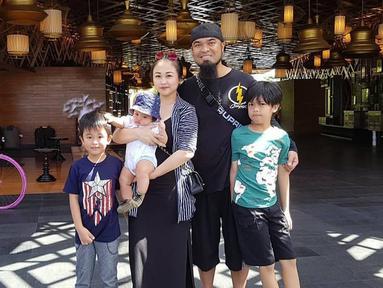 Komedian ternama Peppy ternyata sudah menikah dan memiliki 3 orang anak. Sosok sang istri, Julia Hermawan memang jarang tersorot oleh media. (Liputan6.com/IG/@julia_peppy)