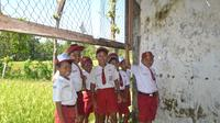 Doa unik yang dipanjatkan setiap pagi oleh para siswa dan guru SD di tengah hutan Grobogan itu sering dikabulkan. (Liputan6.com/Felek Wahyu)