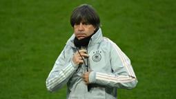 Pelatih Jerman, Joachim Loew, saat memimpin latihan di RheinEnergie Stadion, Selasa (13/10/2020). Jerman akan menghadapi Swiss di UEFA Nations League. (AFP/ Ina Fassbender)