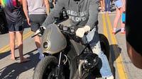 Mengendarai Motor BMW, Brad Pitt Ikut Aksi Bela George Floyd (internewscast)