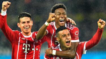 Bek Bayern Munchen, David Alaba (tengah) melakukan selebrasi usai mencetak gol ke gawang Borussia Dortmund pada pertandingan Bundesliga Jerman di Dortmund, (4/11). Munchen menang telak 3-1 atas Dortmund. (AP Photo / Martin Meissner)