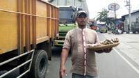 Kemacetan di Purwakarta rupanya membawa berkah bagi pedagang asongan di sekitar lokasi. (Liputan6.com/Abramena)