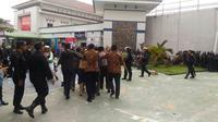 Sekitar 200 tahanan kabur dari Rutan Pekanbaru, Riau, dan lari ke semak-semak sekitar lokasi dan permukiman. (Liputan6.com/M Syukur)