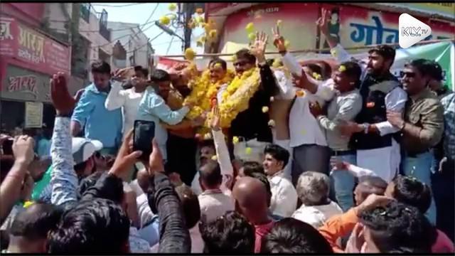 Sebuah insiden panggung ambruk terjadi saat seorang politikus India sedang berkampanye.