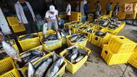 Nelayan memindahkan ikan laut hasil tangkapan di Pelabuhan Muara Angke, Jakarta, Kamis (26/10). Kementerian Kelautan dan Perikanan (KKP) menyatakan hasil ekspor perikanan Indonesia menunjukkan peningkatan. (Liputan6.com/Angga Yuniar)