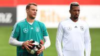 Kiper Jerman, Manuel Neuer (kiri) dan bek Jerome Boateng saat menghadiri sesi pelatihan tim di Munich, Jerman Selatan, (4/9). Jerman akan menghadapi Prancis di UEFA Nations League pada 6 September 2018. (AFP Photo/Christof Stache)