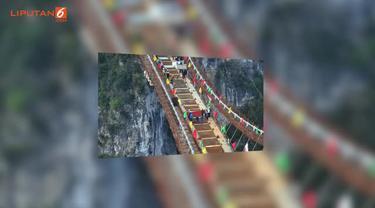 Jembatan ini memecahkan rekor ketinggian jembatan kaca tertinggi yang berada di Green Canyon Amerika Serikat.
