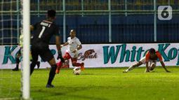 Gelandang Persija Jakarta, Riko Simanjuntak (tengah) berhasil melewati pemain Borneo FC Samarinda dalam pertandingan Penyisihan Grup B Piala Menpora 2021 di Stadion Kanjuruhan, Malang, Sabtu (27/3/2021). Persija menang telak atas Borneo FC Samarinda 4-0. (Bola.com/Ikhwan Yanuar)