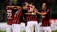 Pemain AC Milan saling berpelukan usai menaklukkan AS Roma dalam Serie A Italia di Stadion San Siro, Milan, Jumat (31/8). (MARCO BERTORELLO/AFP)