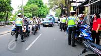 Polantas memberhentikan sejumlah kendaraan ketika Operasi Patuh Jaya di sepanjang Jalan Raya Bogor, Jakarta, Selasa(2/6/2015). Operasi tersebut untuk meningkatkan ketertiban berlalu lintas, yang dilaksanakan pada 29 Mei-9 Juni. (Liputan6.com/Yoppy Renato)