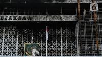 Pekerja memasang 'scaffolding' atau struktur besi untuk melakukan perbaikan Gedung Kejaksaan Agung, Jakarta, yang hangus terbakar, Rabu (7/10/2020).  Kebakaran pada 22 Agustus 2020 lalu mengakibatkan kerusakan berat pada seluruh bangunan Gedung Utama Kejaksaan Agung. (Liputan6.com/Faizal Fanani)