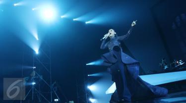 Penampilan penyanyi Rossa pada konser 'The Journey of 21 Dazzling Years' di Plenary Hall, Jakarta Convention Center, Jakarta Pusat, Kamis (13/4). Rossa membuka penampilannya dengan sebuah nomor berjudul 'Kembali'. (Liputan6.com/Herman Zakharia)