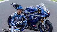 Galang Hendra berpose dengan motornya pada ajang Kejuaraan Dunia Supersport. (Istimewa)
