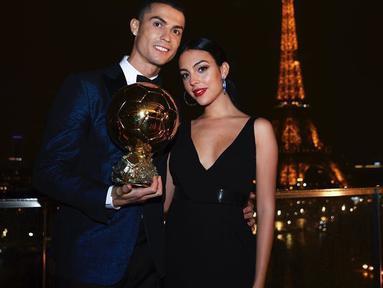 Punya banyak anak sudah menjadi keinginan Cristiano Ronaldo sejak lama, dan kini hidupnya semakin bahagia ketika sang kekasih melahirkan bayi perempuan untuk pertama kalinya. (Instagram/georginagio)
