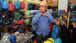 Direktur Consina, Disyon Toba memakai produknya saat peresmian gudang baru Consina di Naragong, Bekasi, Senin (12/12). Gudang baru seluas hampir 1 hektar ini mampu menampung lebih dari 100.000 jenis dan varian barang. (Liputan6.com/Helmi Affandi)