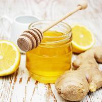 Jahe dan madu untuk hilangkan jerawat. (sumber: colomi.vn)