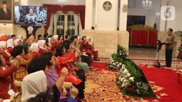 Presiden Joko Widodo atau Jokowi (kanan) memberikan sambutan saat membuka Kongres XXV Wanita Indonesia (KOWANI) di Istana Negara, Jakarta, Selasa (3/12/2019). Dalam kongres tersebut juga dilakukan pemilihan calon ketua umum Kowani yang baru. (Liputan6.com/Angga Yuniar)