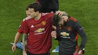 Kiper Manchester United, David de Gea (kanan), disemangati oleh rekan-rekannya setelah gagal mengeksekusi penalti ketika melawan Villareal pada final Liga Europa di Stadion Miejski, Gdansk, Polandia, Kamis (27/5/2021) dini hari WIB. (AP/Aleksandra Szmig).