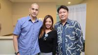 Okan Kornelius dan Lee Sachi konsultasi dengan dokter spesialis bedah plastik.