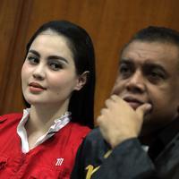 Senyum Jedun di ruang sidang, ia duduk disamping kuasa hukumnya, Pietter Ell. (Deki Prayoga/Bintang.com)