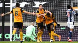 Pemain Wolverhampton Wanderers, Willy Boly, melakukan selebrasi usai mencetak gol ke gawang West Bromwich Albion pada laga Liga Inggris di Stadion Molineux, Sabtu (16/1/2021). Wolves takluk dengan skor 2-3. (Shaun Botterill/Pool via AP)